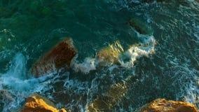 La costa roja asombrosa oscila la antena almacen de metraje de vídeo