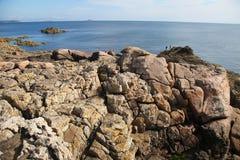 La costa rosada del granito, Cote de granit subió, en Bretaña Fotos de archivo libres de regalías