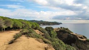 La costa rugosa de Costa Brava cerca de Lloret de Mar, España Imagen de archivo