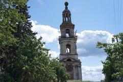 La costruzione è il campanile del tempio nella regione di Tver' Fotografie Stock Libere da Diritti
