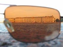 La costruzione è sparata tramite gli occhiali da sole sulla sponda del fiume fotografie stock libere da diritti