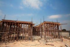 La costruzione alloggia in corso contro cielo blu Fotografia Stock