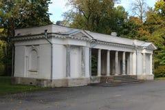 La costruzione antica del padiglione musicale dei periodi zarista nel parco sull'isola di Krestovsky fotografie stock