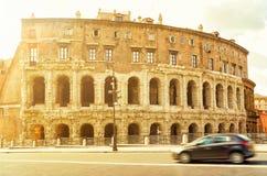 La costruzione antica in una via a Roma centrale Fotografia Stock Libera da Diritti
