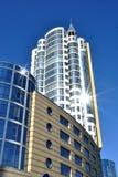 La costruzione bianca alta è contro il cielo blu scuro Fotografia Stock Libera da Diritti