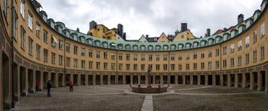 La costruzione con un cortile rotondo nella capitale svedese A Stoccolma, ci sono molte costruzioni interessanti Immagini Stock