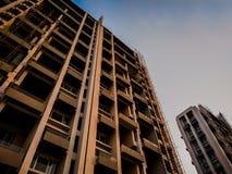 la costruzione in costruzione dall'angolo inferiore con cielo blu può essere usata come un fondo & x28; 4000 x 1790 immagine stock