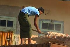 La costruzione degli uomini del Myanmar fotografia stock libera da diritti