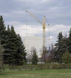 La costruzione del cinque-piano della torre della gru della costruzione di edifici alloggia il lavoro degli uomini Immagini Stock Libere da Diritti