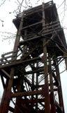 La costruzione del legno, torretta fatta della quercia irradia contro il cielo nuvoloso fotografia stock libera da diritti