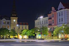 La costruzione del museo di Ostrava in Città Vecchia Corridoio e case in affitto variopinte a Masaryk quadra a Ostrava in una not immagini stock