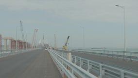 La costruzione del ponte della Crimea Pavimentazione dell'asfalto Lavori stradali sul ponte archivi video