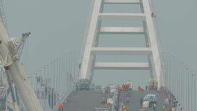 La costruzione del ponte della Crimea Pavimentazione dell'asfalto Lavori stradali sul ponte stock footage