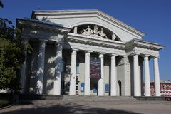 La costruzione del teatro di balletto e di opera Una bella struttura architettonica con le colonne bianche alte Immagine Stock
