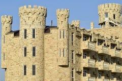 La costruzione dell'hotel, coperta di pietra decorativa Immagine Stock Libera da Diritti