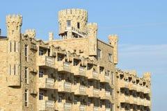 La costruzione dell'hotel, coperta di pietra decorativa Immagine Stock