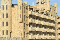 La costruzione dell'hotel, coperta di pietra decorativa Immagini Stock