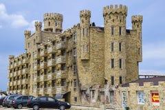 La costruzione dell'hotel, coperta di pietra decorativa Hotel multipiano con una disposizione decorativa, che è chiamata pietra d Immagini Stock