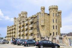 La costruzione dell'hotel, coperta di pietra decorativa Hotel multipiano con una disposizione decorativa, che è chiamata pietra d Immagine Stock