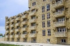 La costruzione dell'hotel, coperta di pietra decorativa Hotel multipiano con una disposizione decorativa, che è chiamata pietra d Fotografie Stock