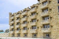 La costruzione dell'hotel, coperta di pietra decorativa Hotel multipiano con una disposizione decorativa, che è chiamata pietra d Fotografie Stock Libere da Diritti