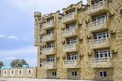 La costruzione dell'hotel, coperta di pietra decorativa Hotel multipiano con una disposizione decorativa, che è chiamata pietra d Immagini Stock Libere da Diritti