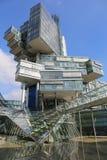 La costruzione della Banca di Nord libbra fornisce una vista intrigante la sua pila torta di cubo di vetro annidato Immagine Stock