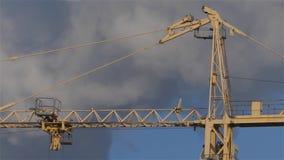 La costruzione della casa Gru sui precedenti e sul fumo del cielo video d archivio