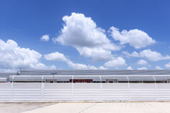 La costruzione della fabbrica con il recinto concreto Fotografie Stock