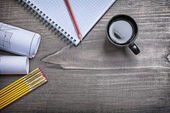 La costruzione della matita del quaderno progetta il metro ed il caffè di legno sul pi Fotografia Stock Libera da Diritti
