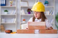 La costruzione della ragazza con i mattoni della costruzione Fotografie Stock Libere da Diritti