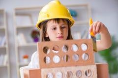 La costruzione della ragazza con i mattoni della costruzione immagini stock