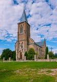 La costruzione di alta chiesa cattolica con un incrocio su un tetto a forma di pico Fatto nello stile gotico Fotografie Stock