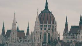La costruzione di fama mondiale del Parlamento ungherese a Budapest nello stile gotico in tempo nuvoloso stock footage