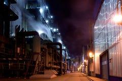 La costruzione di industria con l'illuminazione del nigt fotografie stock