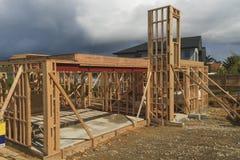 La costruzione di legno della casa, costruente si dirige in Nuova Zelanda, Auckland Immagini Stock