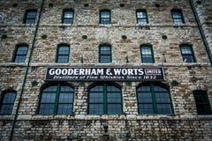 La costruzione di pietra storica e firma dentro la distilleria Dist storico fotografia stock