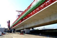 La costruzione di ponte, le travi a scatola del ponte ribassato pronte per costruzione, segmenti della portata lunga getta un pon Immagini Stock Libere da Diritti