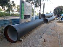 La costruzione di strade, ha messo alcuni dei tubi giganti Immagine Stock
