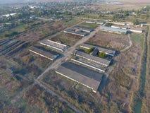 La costruzione di vecchia azienda agricola per il bestiame Vista superiore dell'azienda agricola Stoccaggio delle balle di fieno  Fotografia Stock Libera da Diritti