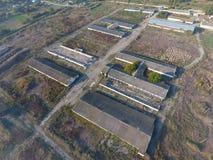 La costruzione di vecchia azienda agricola per il bestiame Vista superiore dell'azienda agricola Stoccaggio delle balle di fieno  Immagine Stock