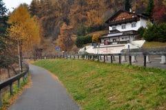 La costruzione e la località di soggiorno classiche di Skiparadise Nauders a Bolzano o bozen, l'Italia Immagini Stock