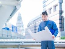 La costruzione e la manutenzione pensano la grande piallatura dell'ingegnere civile di affari, di concetto e l'architetto maschio Fotografia Stock