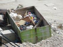 La costruzione il recipiente di eliminazione dei rifiuti usato per raccogliere i rifiuti ed il materiale inutilizzato immagini stock libere da diritti