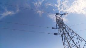 La costruzione metallica di electriccity con il chiaro punto di riferimento bluesky della nuvola Immagini Stock