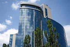 La costruzione moderna con la superficie di vetro su un fondo del cielo Fotografia Stock Libera da Diritti