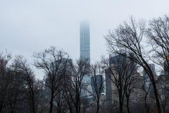 La costruzione più alta del ` s di New York ha perso in nebbia Fotografie Stock