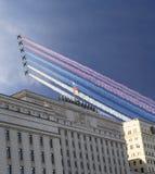 La costruzione principale del Ministero della difesa della Federazione Russa e gli ærei militari russi volano nella formazione, M immagini stock