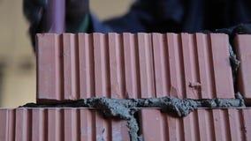 La costruzione Processo della muratura con la cazzuola video d archivio