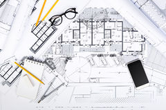 La costruzione progetta con gli strumenti e lo Smart Phone di disegno sul bluepri Fotografie Stock Libere da Diritti